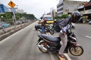 Mengapa sebagian masyarakat Jakarta gemar melanggar rambu-rambu lalu lintas? Dan ApaSolusinya?